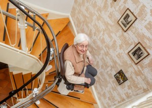 seniore mevrouw op traplift